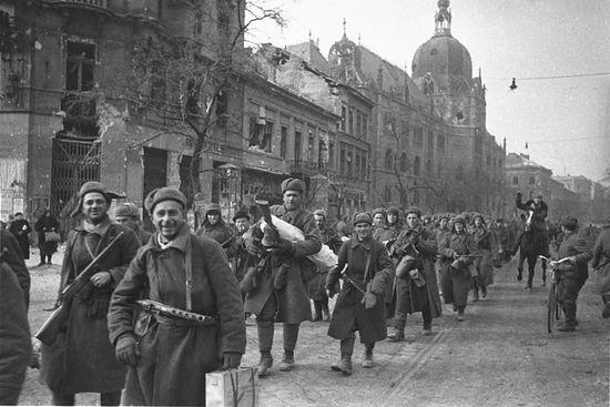 Колонна советских солдат на улицах Будапешта. Фото Евгения Халдея