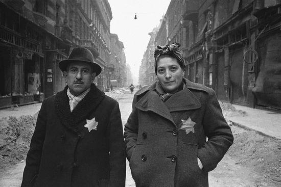 Освобожденные из гетто Будапешта. Фото Евгения Халдея