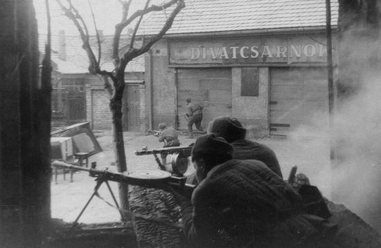 Автоматчики 3-го Украинского фронта в уличных боях за Будапешт
