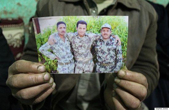 Јусуф – на фотографији здесна. Фотографију држи његов брат Шенуда