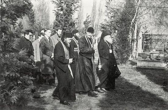 На похоронах Владимира Лосского. Архимандрит Софроний на первом плане