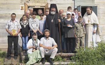 Миссионерская поездка по Лене. На крыльце полуразрушенного Спасского храма в селе Орлинга. В настоящее время в этом селе проживает 22 человека
