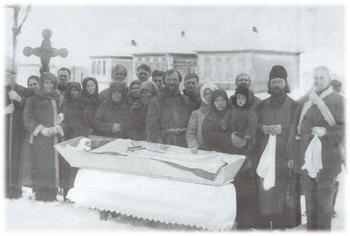 Прихожане храма святых Космы и Домиана с. Невежкино с настоятелем протоиереем Александром Перовым (1887-1965). 1931 год.