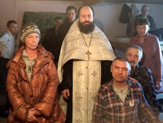 На фото справа - новое чадо Церкви, безногий инвалид Анатолий