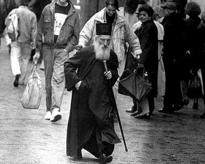 Патриарх Сербский Павел на улице Белграда