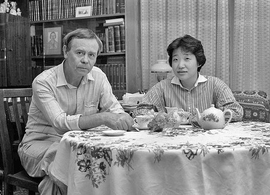 Валентин Распутин с японской переводчицей. Фото: Борис Дмитриев / pribaikal.ru