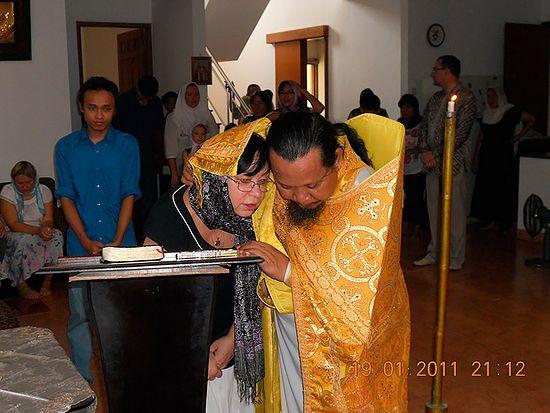 Отец Иоасаф (Тандибиланг) исповедует