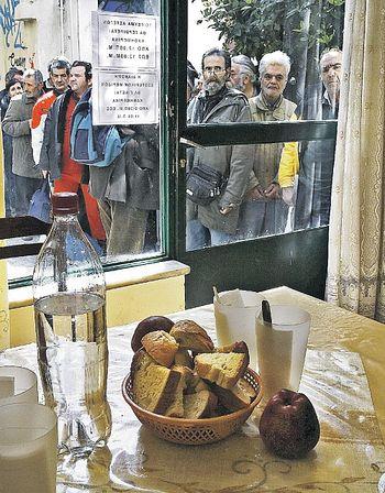 Это не постановочное фото. Сотни людей ждут возможности получить нехитрую бесплатную еду в трапезной одной из афинских церквей. Вглядитесь в лица - на бомжей и маргиналов они явно не похожи... Фото: REUTERS