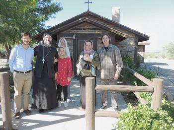 Наша православная компания из Сан-Диего у входа в пустынный монастырь