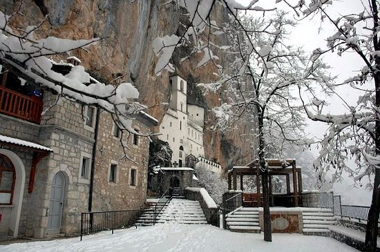 Монастырь Острог зимой