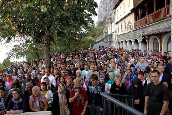 Народ в монастыре Острог, Черногория