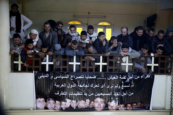 Жители родного села казненных коптов в церкви Пресвятой Богородицы, ал-Авар, 16 февраля 2015 г.