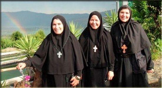Мати Инес – прва слева