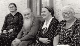 Елена Владимировна (крайняя слева) с владыкой Стефаном и его сестрами