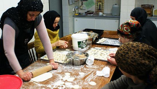 В монастырской кухне помогают и взрослые паломники…