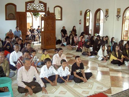Верующие в церкви Святой Троицы (Соло, Индонезия) слушают проповедь