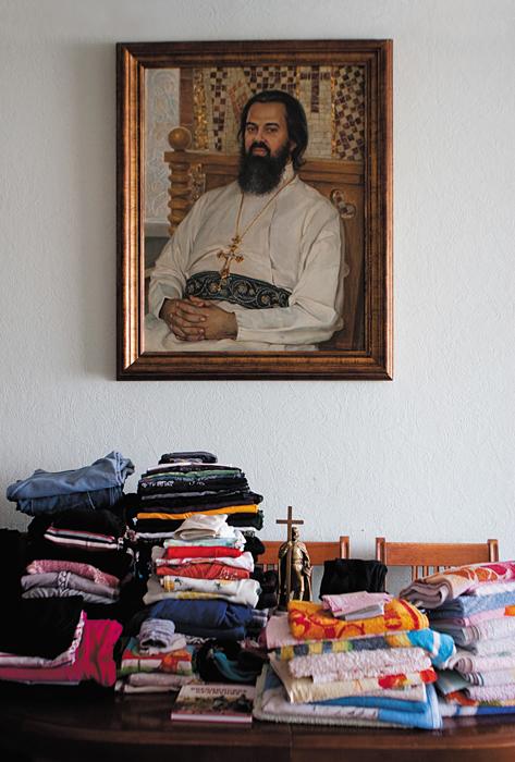Предпасхальная уборка. На стене — портрет отца Федора Соколова