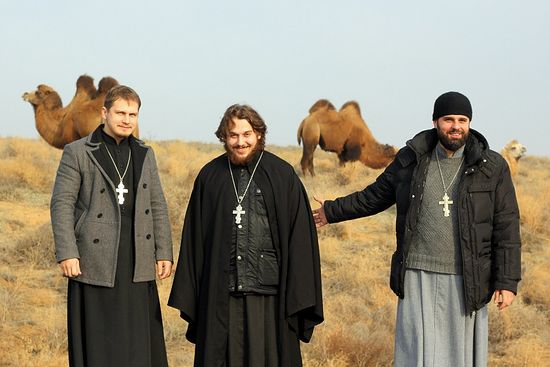 О. Альвиан Тхелидзе (в центре) с другими священниками епархии на фоне верблюдов