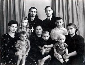 Братья Евгений и Петр Деревянко с семьями. На руках у Веры Алексеевны Поляковой (справа) сын Николай, будущий архимандрит Петр