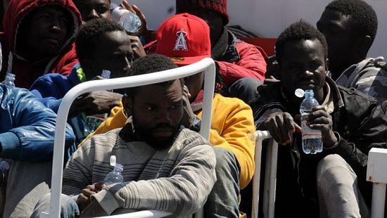 15 апреля. Мигранты прибывают в Палермо после того, как береговая охрана спасла их в море. (AP Photo)