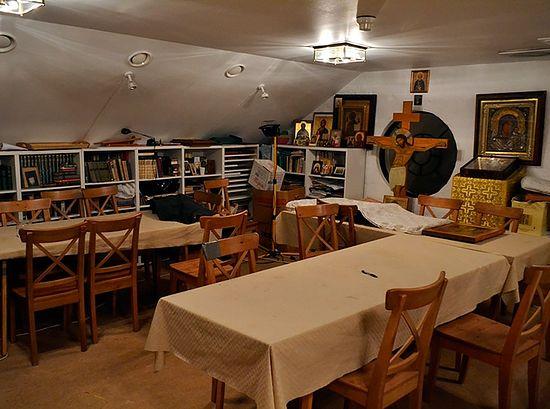 Вторая комнатка помещения Сергиевского прихода – это одновременно детская и взрослая воскресные школы, трапезная, иконописная школа, место бесед, семинаров и лекций. Фото автора