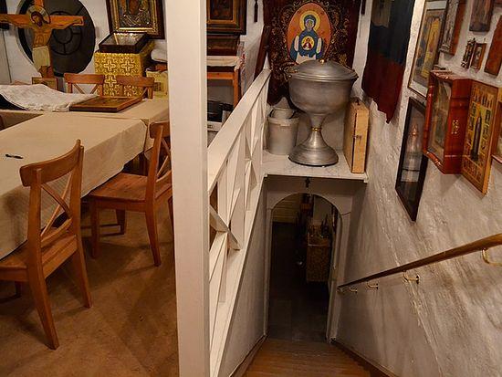 Две комнаты, в которых размещается Сергиевский приход, соединяет лестница, на которой порой из-за тесноты во время богослужений стоят и сидят прихожане. Фото автора