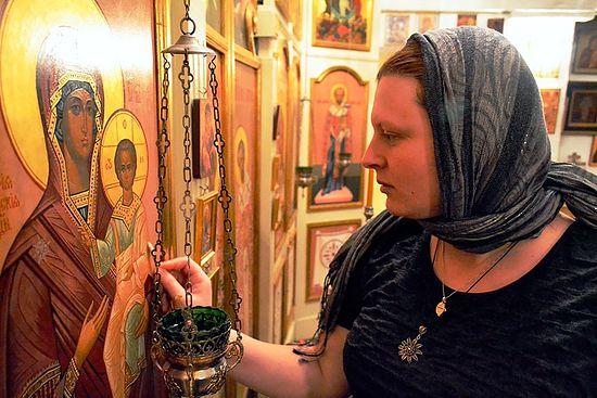 Прихожанка Сергиевского прихода Мария чистит икону