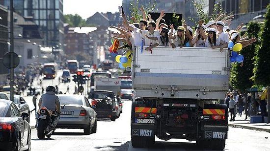 Шведские выпускники на грузовике. Фото: Sveriges Radio http://sverigesradio.se/sida/artikel.aspx?programid=103&artikel=5882134