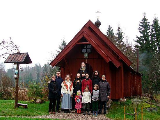 Православные шведы возле выстроенной ими часовни в Арбуге, лен Вестманланд. Фото из архива протоиерея Виталия Бабушина