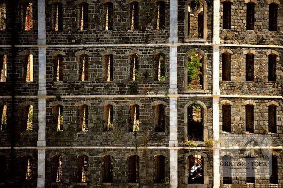 64. Окна-глазницы пострадавшего от пожара здания на набережной. Фото: Богдан Панаит (.См.:https://sfantulmunteathos.wordpress.com)
