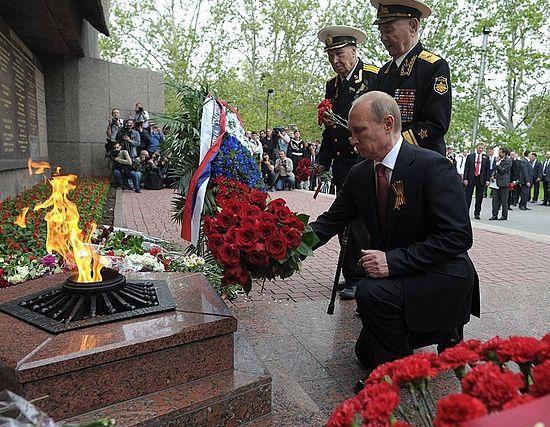Возложение цветов к Мемориалу героическим защитникам Севастополя 1941–1942 годов. 9 мая 2014 г.