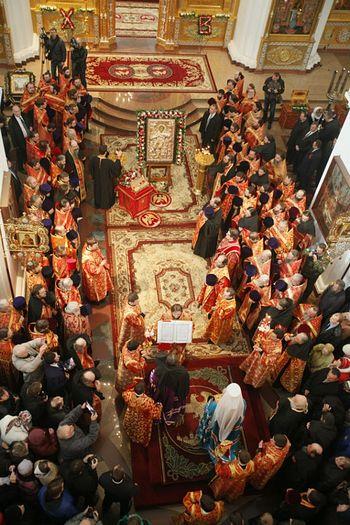 Желающих приложиться к святыне было более тысячи. Фото: Елена ВАХРУШЕВА
