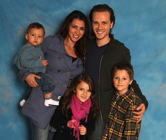 Джонатан с женой и детьми
