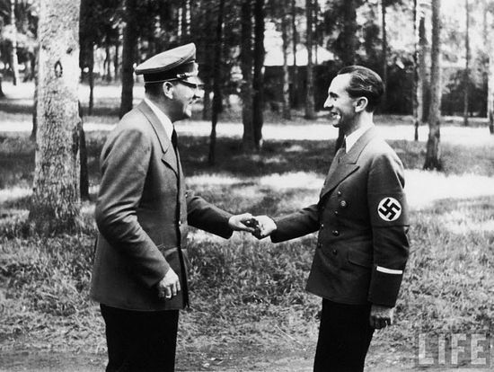 Гитлер и министр пропаганды Геббельс. Польша, 25 июля 1944 г.