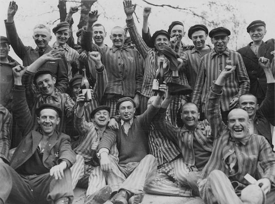 Освобоженные заключенные концлагеря Дахау