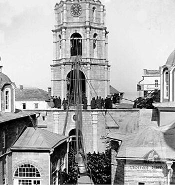 """94. Подъем 18-тонного колокола на звонницу. Из коллекции фотолаборатории монастыря. Фото впервые было представлено на выставке Костаса Асимиса """"Наш Афон"""" (2012)."""