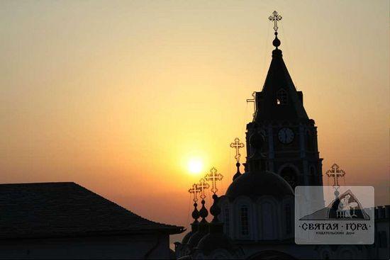 97. Кресты кафоликона и колокольни на фоне заката.