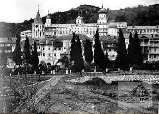 100. Колокольня (cлева) на фоне монастырского ансамбля. Вид сo стороны архондарика. Автор и время фотографирования неизвестны.