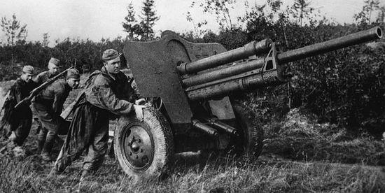 Расчет выкатывает на боевую позицию 76-мм дивизионную пушку УСВ