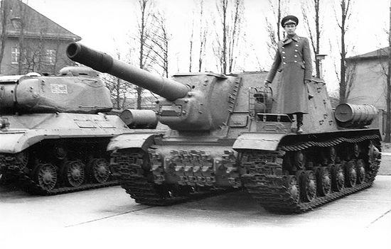 Знаменитая самоходка СУ-152. На такой Сергей Александрович прошел всю войну. Снимок сделан в 1971 г. в Берлине