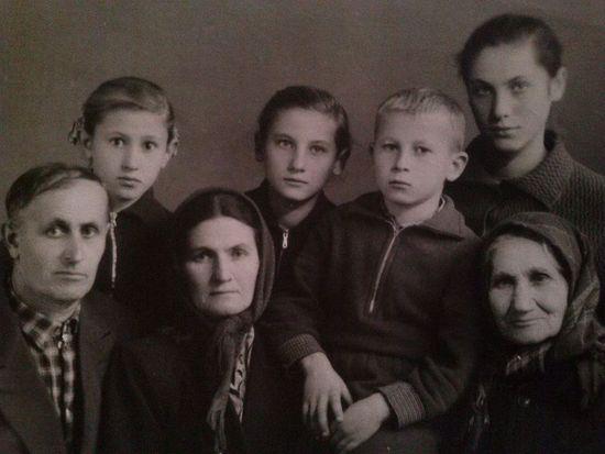 Семья казаков Малеваных: дедушка Николай, бабушка Дарья и их дети. Справа прабабушка Василиса
