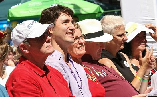 Бен Левин (крайний слева), лидер либералов Джастин Трудо (второй слева) и Кетлин Винн (третья слева) на гей-параде в Онтарио. 2013 г.