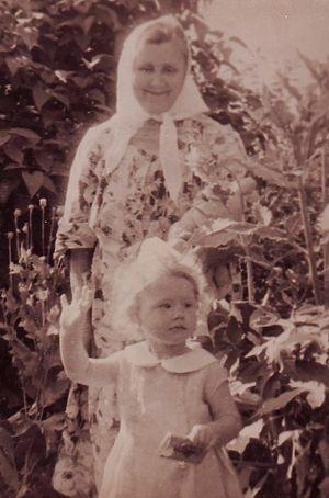 Анна Ивановна с внучкой Ольгой. Ок. 1965 г.