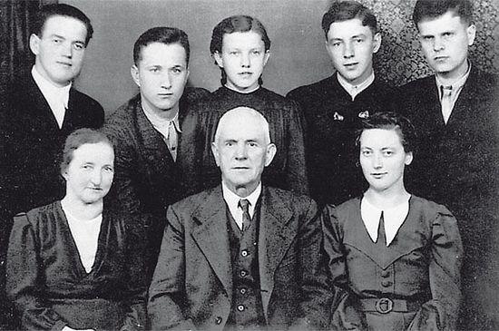 На снимке (второй ряд, крайние слева и справа) Михаил Рыбчинский и Николай Цемкало, девочка-подросток посередине - Анна Хакль, в первом ряду крайняя слева - Мария Лангталер, рядом с ней её муж. Фото: из архива музея Маутхаузена