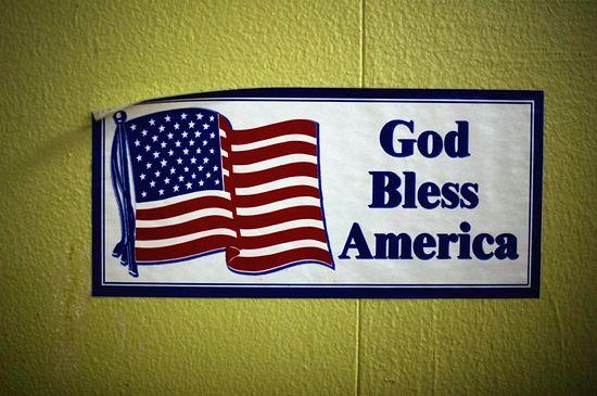 «Да благословит Господь Америку!» - плакат в одной из церквей Детройта.
