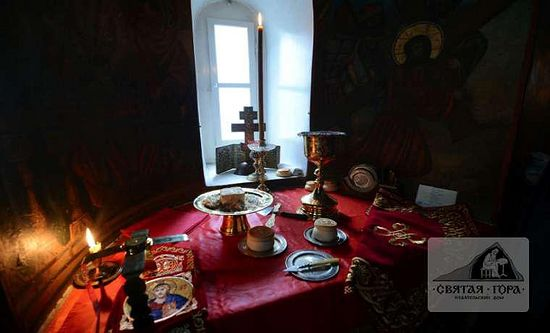 125. Проскомидия в алтаре храма св. Пантелеимона. Фото представлено на сайте sfantulmunteathos.wordpress.com