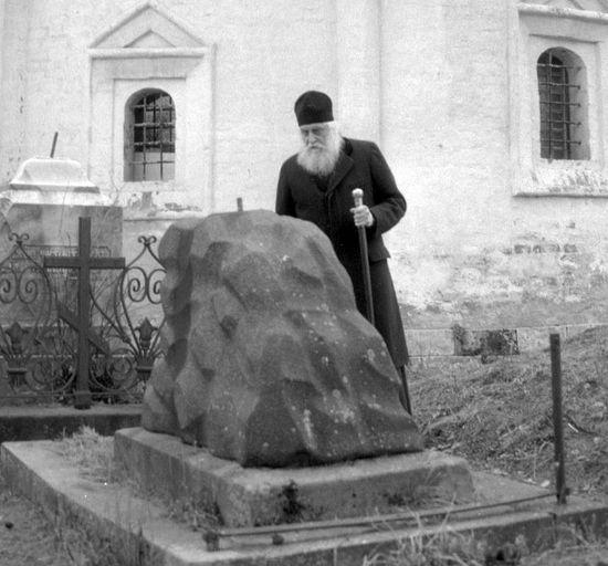На первой могиле, к которой подошел владыка Василий, он увидел надпись: «Княгиня Мария Голицына, урожденная Сумарокова»