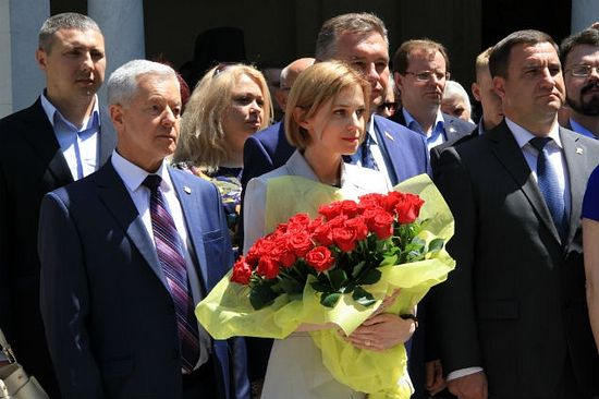 Head of the Yalta administration Andrei Rostenko (on the left) was at the event together with N. Poklonskaya as well – the photograph is provided by the Livadia Palace administration.