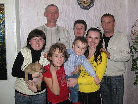 Илья Абдулин (слева) с семьёй