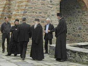 Июнь 2013. Афонские монахи не допускают г-на Бутариса на церемонию передачи полномочий Сященной Эпистасии